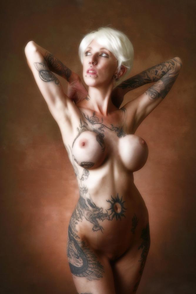 видео татуированных и пирсингованных сучек